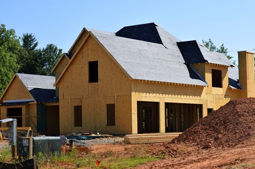 Flat vs. Pitched Roofs: 3 Things to Consider